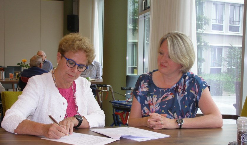 Joke Ricke en Esther Tait ondertekenen de samenwerking. | Foto: Pr