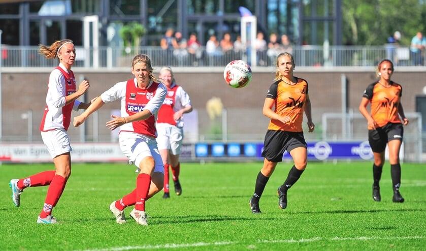 Claudia Owel lijkt te gaan scoren met deze fraaie lob maar via de vingertoppen van sluitpost Chantal Vlaar komt het leer tegen de lat.
