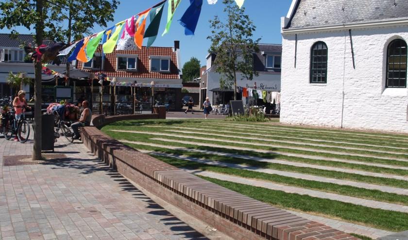 De vlaggenslinger rond de Witte Kerk is bijna klaar. | Foto: Piet de Boer
