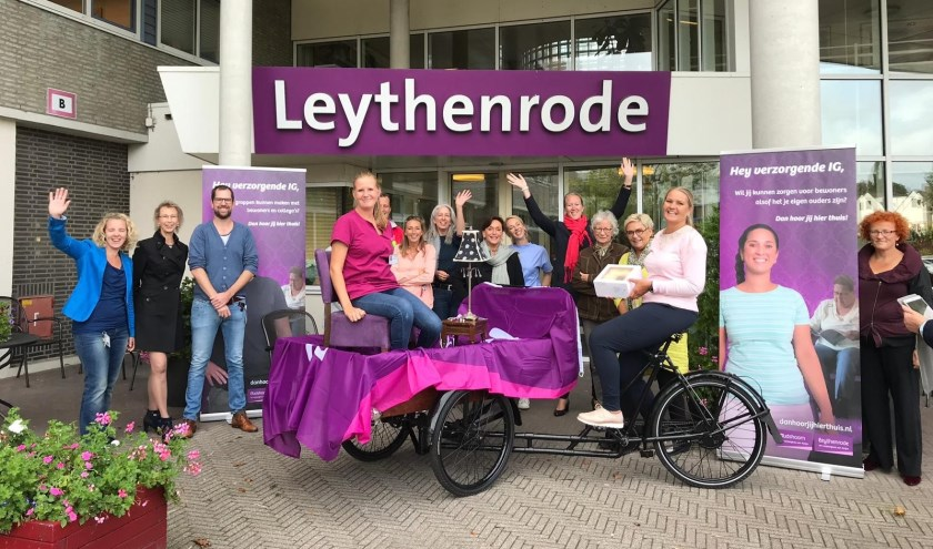 Directeur Brigitte Weimar van de Alrijne verpleeghuizen reed op een bakfiets met minihuiskamer en taart van Leythenrode in Leiderdorp naar Oudshoorn in Alphen.