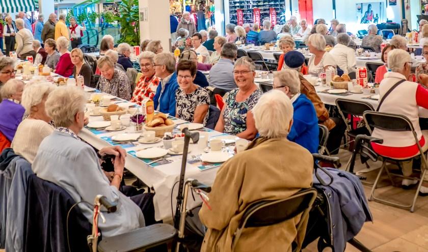 Vorig jaar schoven ruim 120 Leiderdorpers aan bij de Langste Tafel op het Hemaplein in winkelcentrum Winkelhof.