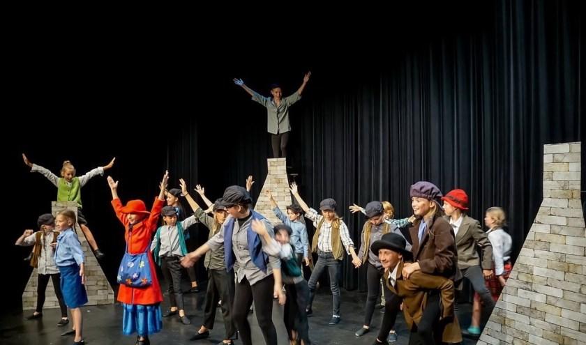 De laatste opvoering van Mary Poppins zit erop en de acteurs nemen een welverdiend applaus in ontvangst.