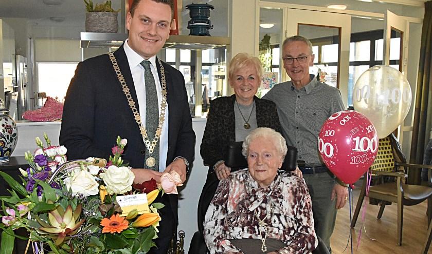 Mevrouw Heiltje Kruger vierde haar 100ste verjaardag. | Foto: P. van Kampen.