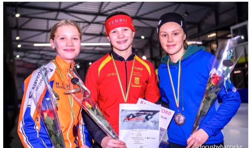 Angel Daleman (midden) is de snelste van Nederland bij de meisjes pupillen A.