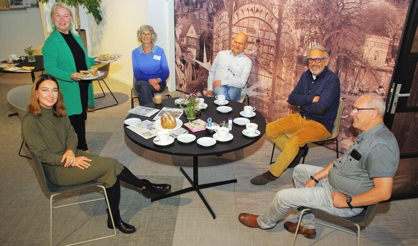 <p>Marjolijn van der Jagt deelt Terug-naar-Oegstgeest-brood uit in het Dorpscentrum.   Foto Willemien Timmers&nbsp;</p>