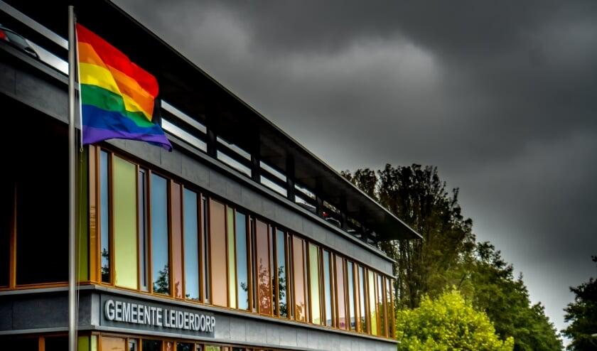 <p>De regenboogvlag wappert weer bij de entree van het Leiderdorpse gemeentehuis.</p>