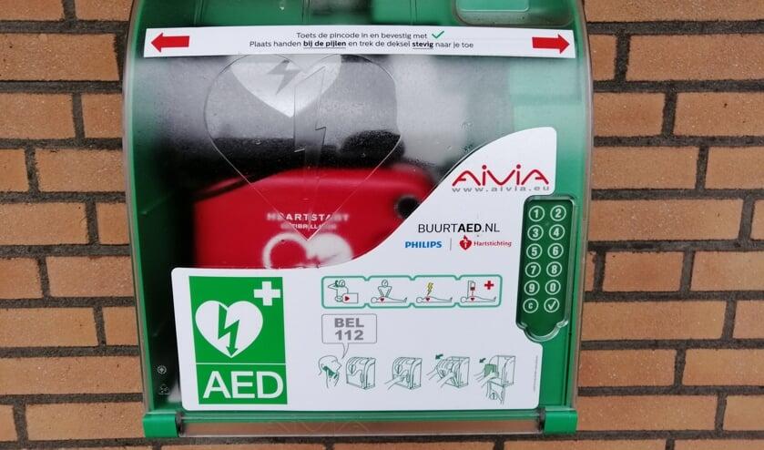 <p>De AED hangt aan de gevel van de Maurickhof aan de Waardenburg 1-31.   Foto: PR</p>