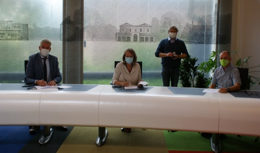 <p>Roel Broer, Lies Spruit, Edwin de Haas (staand) en Ad van den Heuvel (zittend). Laatstgenoemde is de nieuwe consul.</p>
