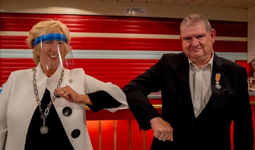 <p>Burgemeester Driessen feliciteert Rob Blauw nadat ze hem coronaproof het lintje heeft opgespeld.&nbsp;</p>