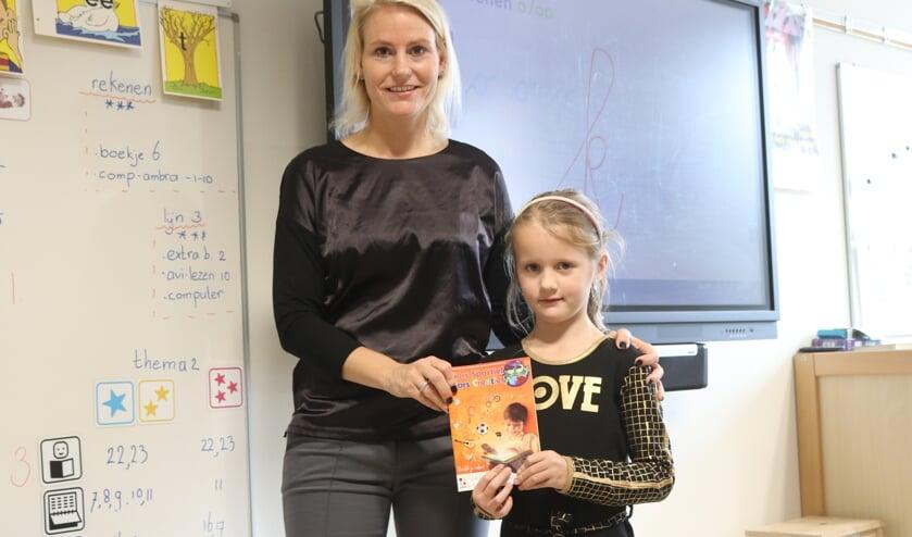 <p>Wethouder Jeanet van der Laan overhandigde bij de Josephschool de eerste boekjes aan leerlingen. | Foto: pr</p>