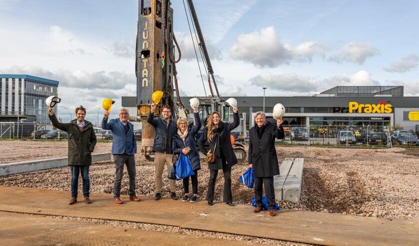 <p>Noordman Hout bij het slaan van de eerste paal op bedrijventerrein De Boeg. Het bedrijf bestaat dit jaar 164 jaar.</p>
