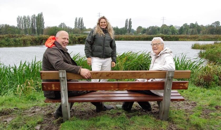 <p>Maarten Laming (Zuid-Hollands Landschap) samen met Rianne Meester (MEC) op het nieuwe bankje in de polder. Jolanda Ratten kijkt namens donateur SOEK tevreden toe. | Foto Willemien Timmers</p>