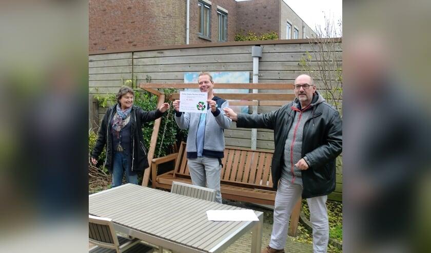 <p>Bestuursleden Mieneke Reijnders en Cyp Straathof van Herenstraat 63 overhandigen de cheque aan Corne Stigter. &nbsp;</p>