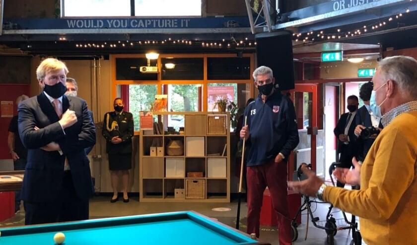 <p>Koning Willem-Alexander praat met voorzitter&nbsp; Koos Koster van De Derde Helft. In het midden Thomas Stolker van De Derde Helft.</p>