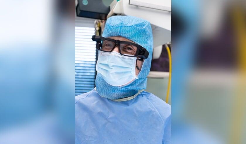 <p>Orthopedisch chirurg Joris Jansen met zijn SmartGlass.</p>