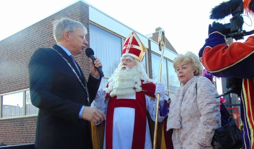 <p>Sinterklaas wordt ontvangen door burgemeester Visser.</p>
