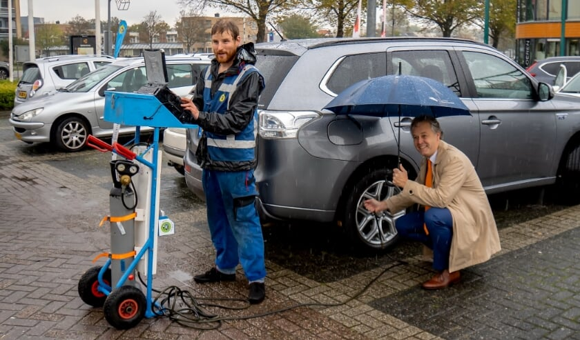 <p>Wethouder Willem Joosten (met paraplu) kwam zaterdagmiddag een kijkje nemen bij de actie &#39;Band op spanning&#39; en liet meteen zijn banden controleren. &nbsp;</p>