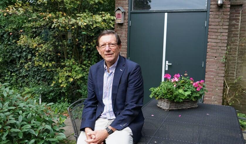 Wim Schellekens in zijn tuin in Leiderdorp.
