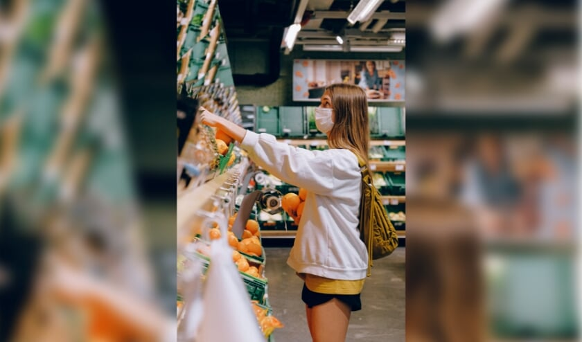 Ga je de deur uit om boodschappen te doen? Draag in de winkel dan een mondkapje, is het dringende advies.
