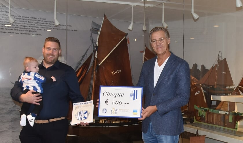 Marco van Duijn met zoontje Lars en Cor Zwaan na de overhandiging. | Tekst en foto Piet van Kampen