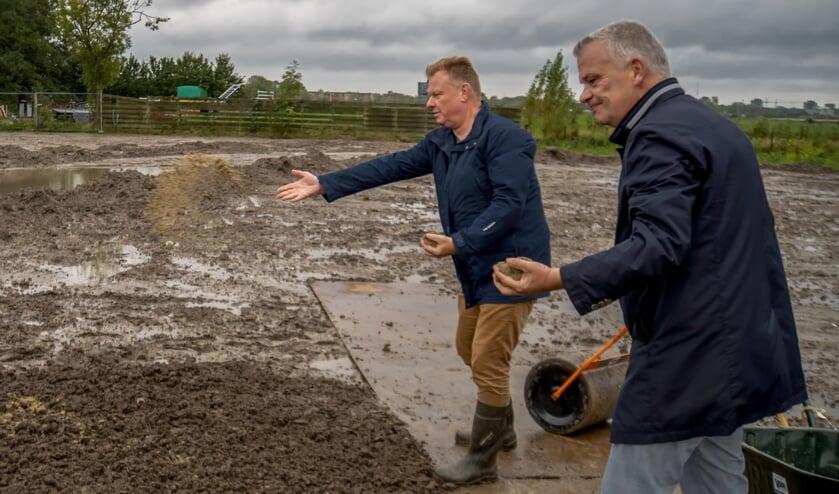 <p>Wethouders Rik van Woudenberg (links) en Daan Binnendijk zaaien een zaadmengsel voor bij- en vlindervriendelijke bloemen. | Foto: J.P. Kranenburg</p>