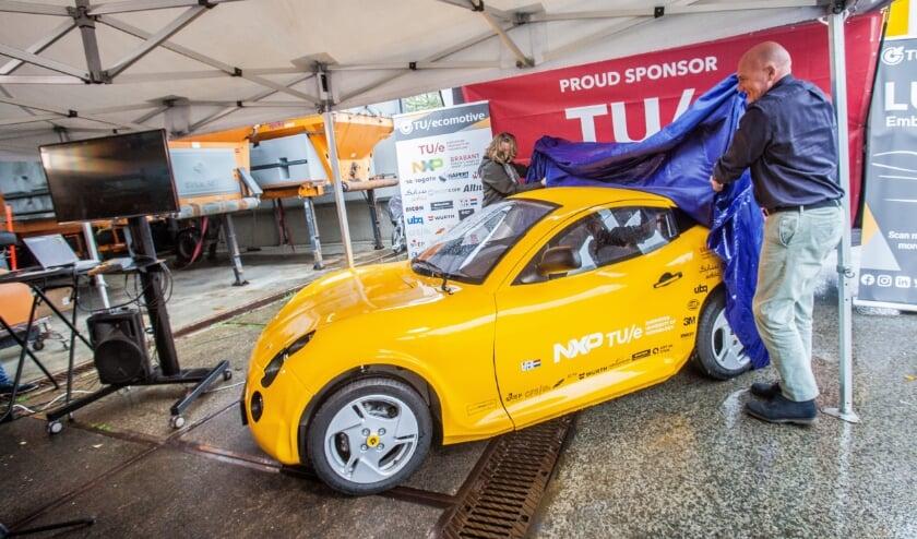 Aan André Kuipers de eer om Luca te onthullen, misschien de auto van de toekomst.   Foto: Adrie van Duijvenvoorde