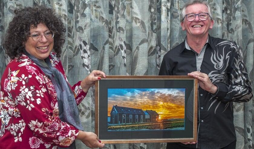 <p>Vrienden-bestuurslid Jacolien van der Valk overhandigde onlangs op Kwekerij Veelzorg de prijs aan Robin Young.</p>