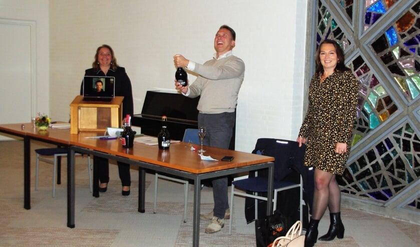 <p>Rogier van Geldre laat de champagne knallen. | Foto Willemien Timmers</p>