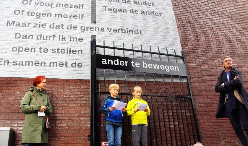 <p>Jetteke Bolten en Matthijs Huizing luisteren terwijl twee leerlingen het gedicht voordragen. | Foto Willemien Timmers</p>