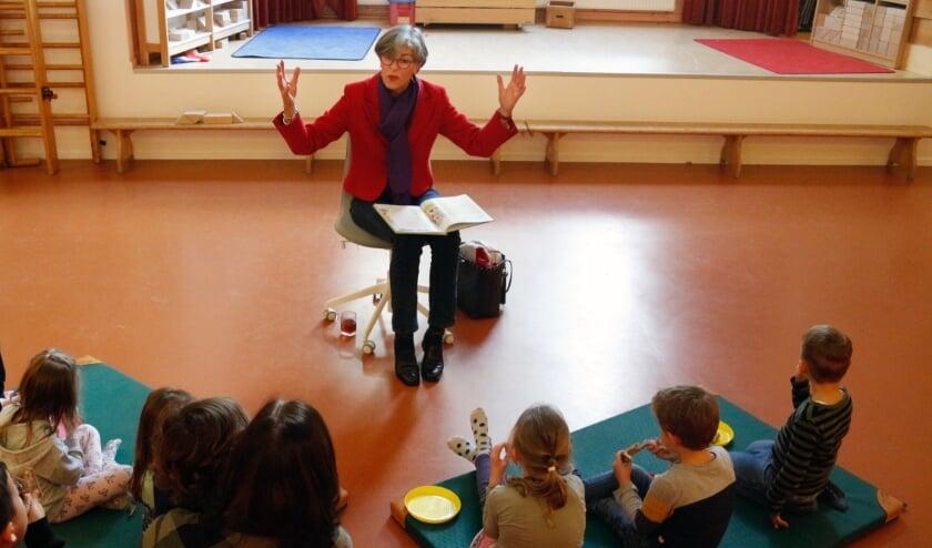 <p>Wethouder Heleen Hooij leest voor bij BSO de Toren.</p>