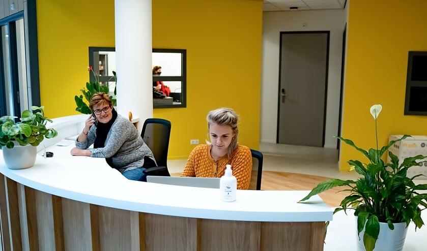 <p>Links beheerder Agnes Selier van De Sterrentuin, rechts Lizzy van Veen, activeringscoach bij Incluzio. | Foto: J.P. K.</p>