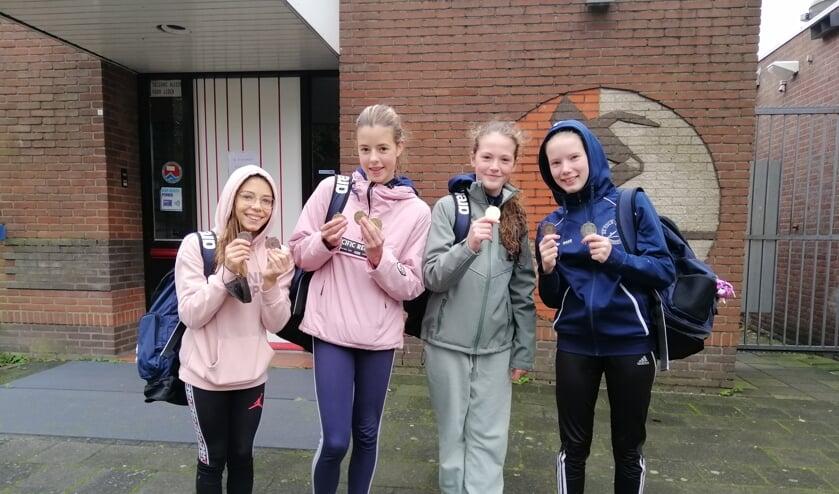 <p>Bernadette, Tess, Loïs en Michelle wonnen allemaal een medaille.</p>