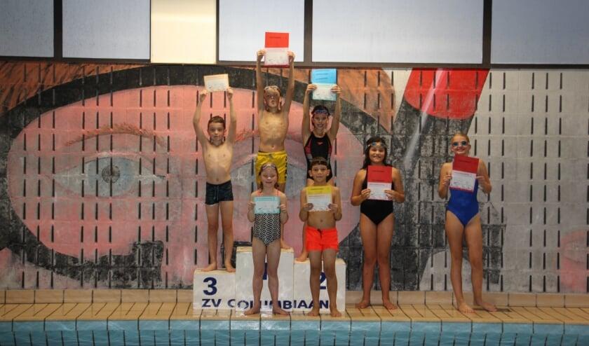 Zeven deelnemers behalen hun zwemvaardigheidsdiploma's.