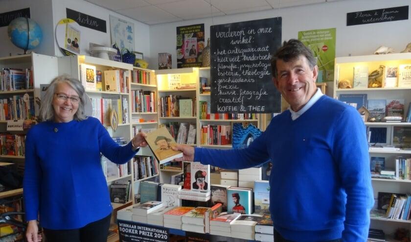 <p>Pauline Goedemans van Boekhandel Grimbergen in Lisse neemt een exemplaar van &#39;De dood van de Groot Khan&#39; van Antoon van Aken in ontvangst.</p>