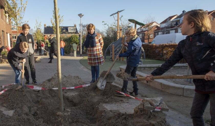 <p>Kinderen van De Egelantier hebben bij de school bomen geplant tijdens Boomfeestdag.</p>