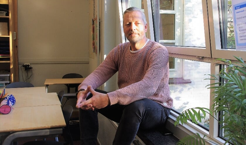 <p>Jack van den Helder in zijn lokaal. &#39;Het Jenaplan-onderwijs is mij op het lijf geschreven.&#39; | Foto Willemien Timmers</p>