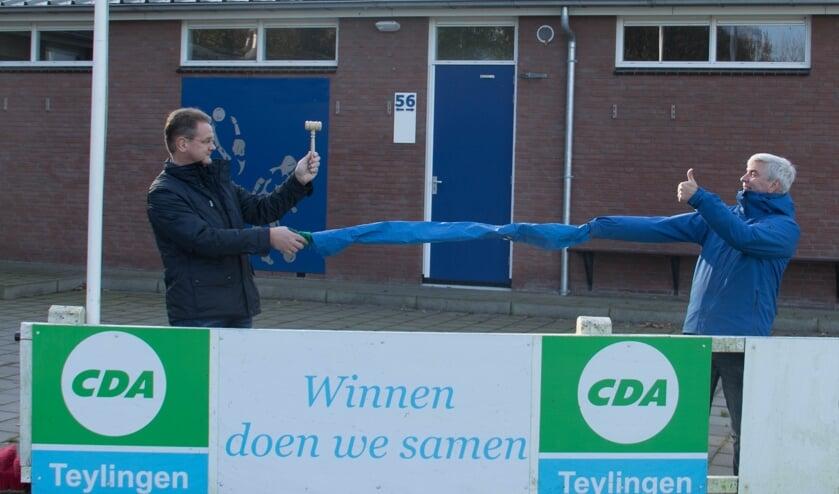 Marco van den Nouland ontvangt de voorzittershamer van Hans van Ek.