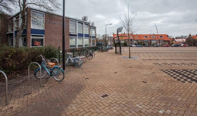 <p>De Groen van Prinstererschool (links) aan het Marktplein in Katwijk aan Zee.   Foto: Adrie van Duijvenvoorde&nbsp;</p>
