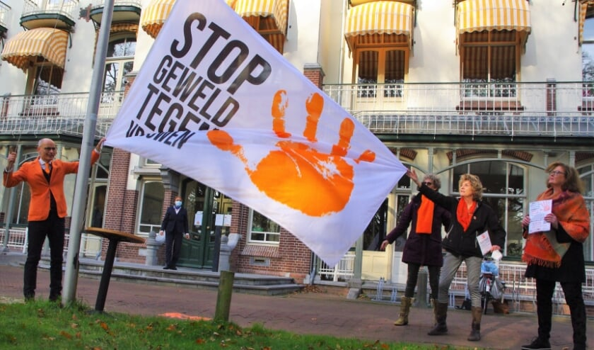 <p>Burgemeester Emile Jaensch, voor de gelegenheid in oranje gekleed, hijst de vlag voor het raadhuis, dat &#39;s avonds ook oranje uitgelicht zal worden. |&nbsp;</p>
