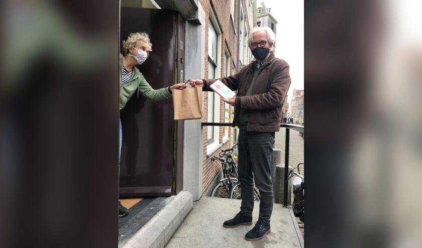 Voor wie het huis echt niet kan verlaten, biedt Bplus C bezorging aan huis, via medewerkers van Het Kringloopwarenhuis.