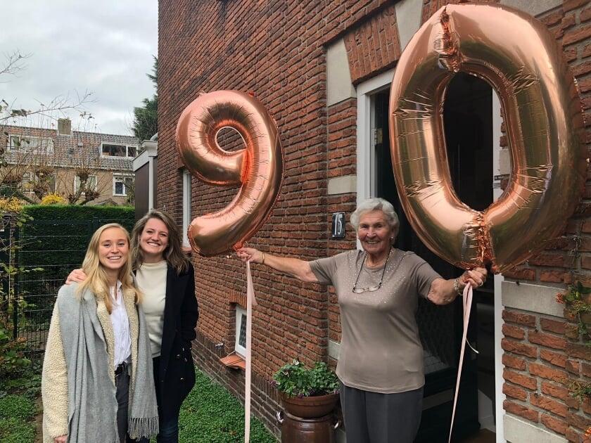 <p>Machteld Stuyvesant werd op haar negentigste verjaardag in het zonnetje gezet door vertegenwoordigers van Dames 1. | Foto PR</p>