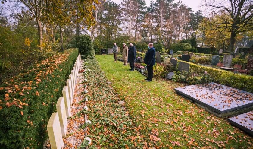 <p>Na de bloemenlegging hielden Jaap van den Broek, Jan de Soeten, Dirk Megchelse en Leon Vlasveld een minuut eerbiedige stilte bij de graven van geallieerde soldaten op de begraafplaats bij de Groene Kerk. |&nbsp;</p>
