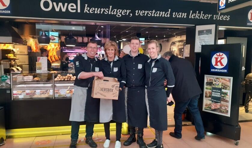<p>De slagersfamilie Owel geeft tien versboxen weg met de kerstdagen. | Foto: CdM</p>