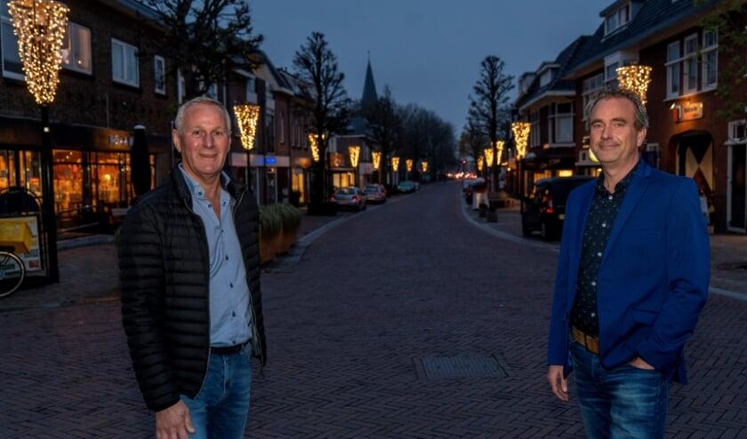 <p>Ed van Braam (l) en Jan van Rijn in de Hoofdstraat.</p>