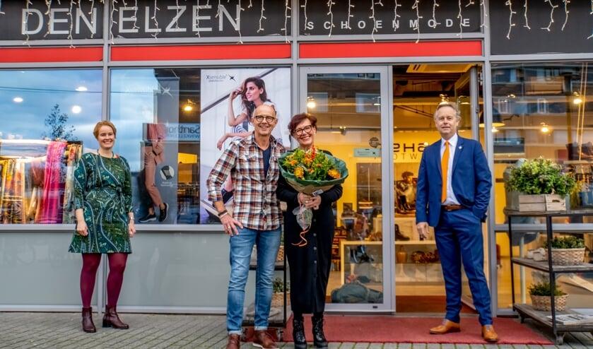 <p>LOV voorzitter Lorien de Roode en wethouder Willem Joosten legden hun eerste visite af bij het echtpaar Den Elzen van de gelijknamige schoenmodezaak.&nbsp;</p>