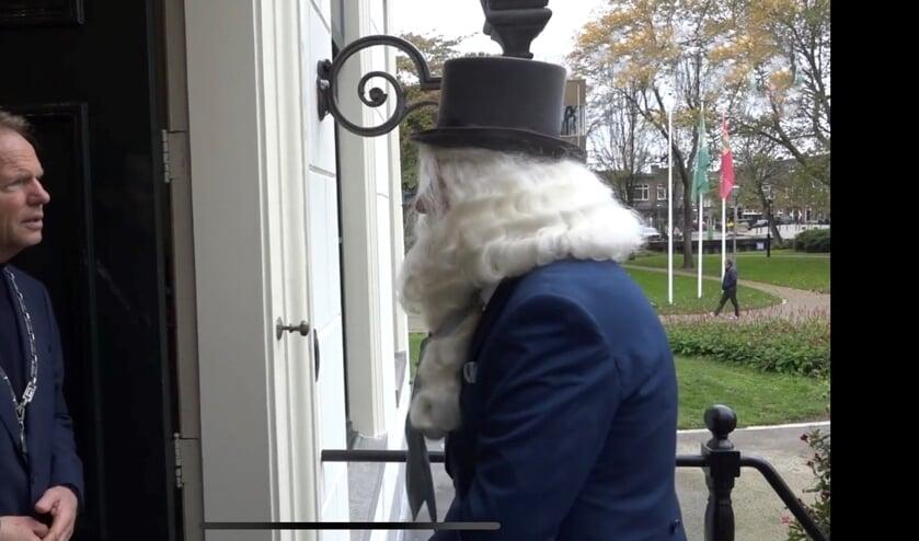 <p>Je ziet de burgemeester denken: &#39;Wie is deze man toch met die rare hoge hoed en die lange baard?&#39;</p>
