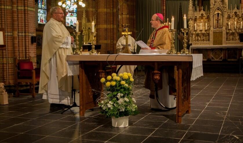 <p>Pastoor Bosma en bisschop Van den Hende in de Agathakerk.&nbsp;</p>