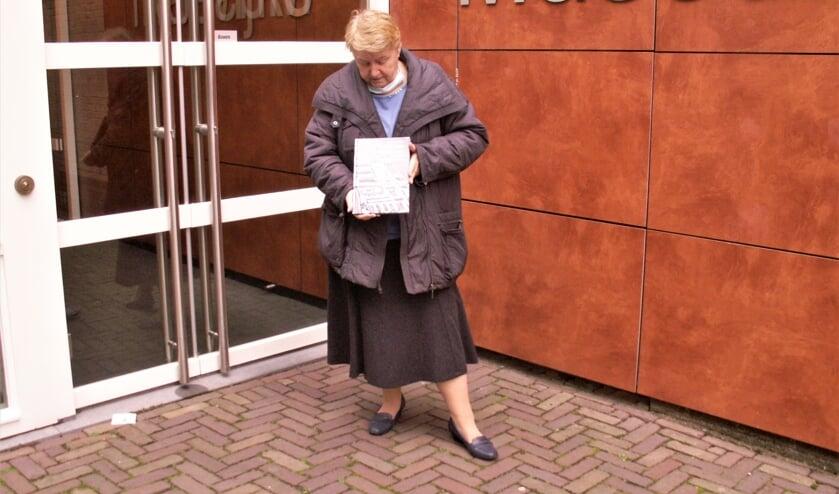 Lies van Beelen met haar boek. | Foto: pr
