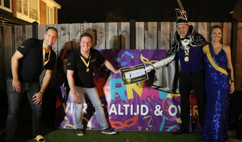 <p>Prins ConfetSchie en Prinses Power! krijgen de cheque overhandigd. | Foto: pr.</p>