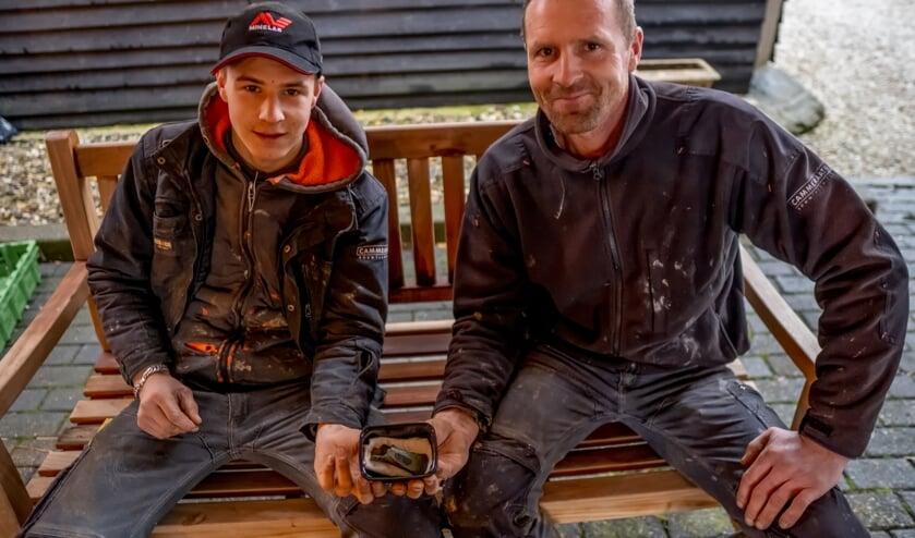 <p>Arco en Kees Krijgsman met de ca. 2500 jaar oude bronzen kokerbijl.</p>